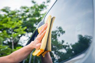 Reinigung der Windschutzscheibe, der Scheinwerfer und der Spiegel – eine Frage der Sicherheit